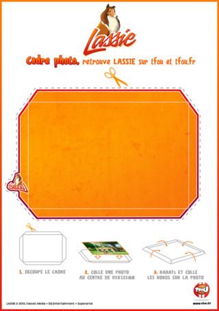 Imprime gratuitement ce cadre photo Lassie à personnaliser. Découpe le cadre, colle ta photo au centre, rabats et colle les bords sur ta photo. Colle ensuite ton cadre photo dans ta chambre, pour la décorer. Plein d'autres activités et coloriages de Lassie et sa bande de copains t'attendent sur TFou.fr ! Rejoins vite les aventures de Lassie et sa bande de copains sur TFou et TFou.fr. Imprime vite les activités que Lassie, Zoé te proposent.