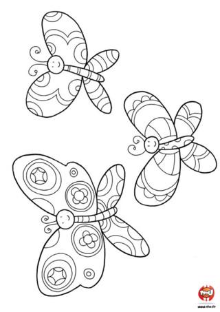 Coloriage : Trois jolis papillons sont à colorier avec toutes les couleurs de ton choix ! Amuses toi avec tes feutres ou tes crayons de couleurs et imprime ce coloriage autant de fois que tu le souhaite et gratuitement.