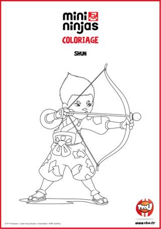 Colorie vite ce dessin gratuit à imprimer sur Tfou.fr ! Shun, maître en camouflage, est le bricolo de la bande. Restant généralement au camp, il fournit à ses amis des gadgets très utiles aux missions. Il est aussi l'architecte du Ninja Raft, leur repère secret. Il profite de ses talents pour fabriquer aussi des farces, comme des bombes à poivre... Amuse-toi et imprime ton coloriage spécial Mini Ninjas !