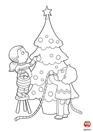 Coloriage : Tu aimes la période des fêtes de Noël ?! Alors ce coloriage spécial Noël est parfait pour toi TFounaute ! Ton moment préféré est la décoration du sapin ? Alors imprime vite ce magnifique coloriage de Noël sur TFou.fr ! Les enfants décorent le sapin pour qu'il soit parafait pour le jour de Noël. Imprime vite ce joli coloriage et colorie ce grand sapin avec toutes les couleurs de ton choix. Prends tes plus beau crayons de couleur et amuse-toi à décorer ce coloriage gratuit de Noël selon tes envies avec TFou.fr