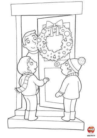 Coloriage : La couronne de noël. C'est la tradition, à Noël on accroche une jolie couronne sur sa porte d'entrée, imprime vite ce coloriage et colorie la couronne de Noël avec toutes les couleurs de ton choix.