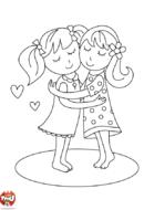 Deux amies se serrent dans les bras